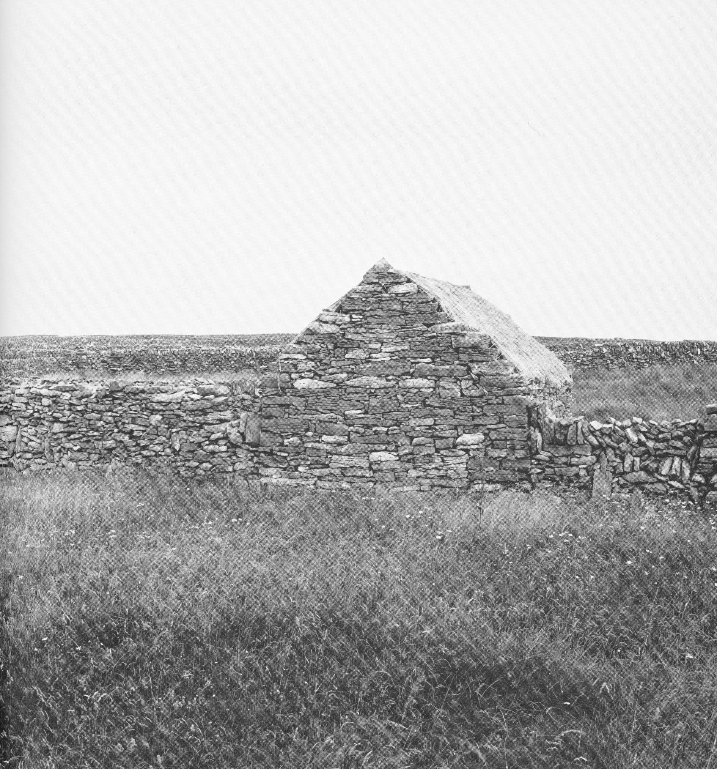"""Stone Shelters"", Edward Allen, MIT Press, 1969, S. 138, Figure 1: ""A simple two-story fields shelter of vaulted stone."